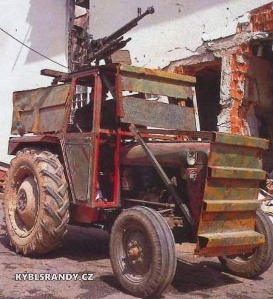 Bojový traktor s kulometem