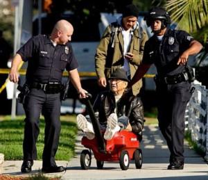 Děda na vozíku a policisté