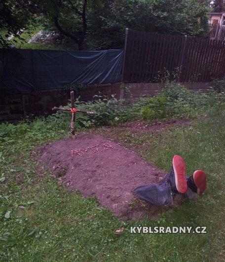 Hrob na zahradě
