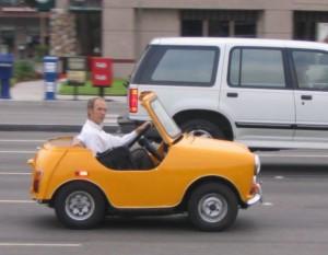 Mini auto na silnici