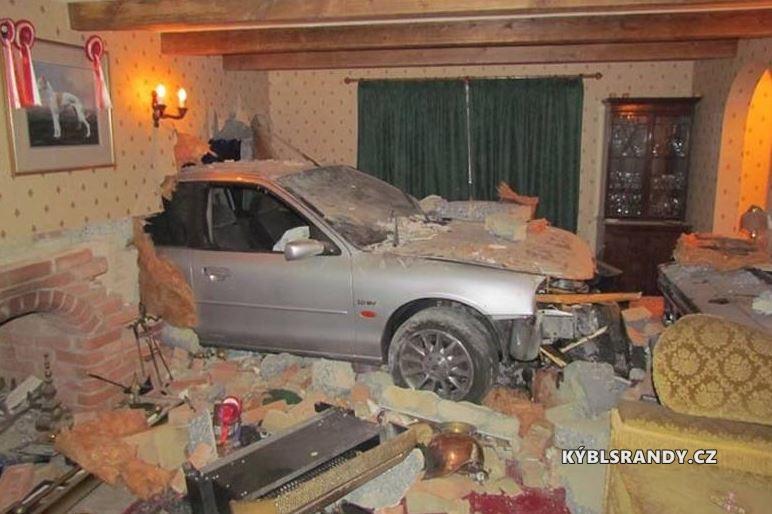 Neohlášená návštěva v obýváku - automobil