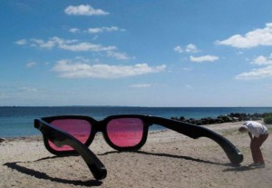Obrovské brýle na pláži
