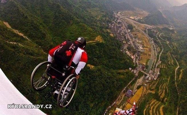 Seskok padákem na invalidním vozíku