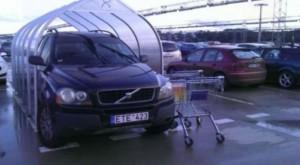 Zajímavě zaparkované auto
