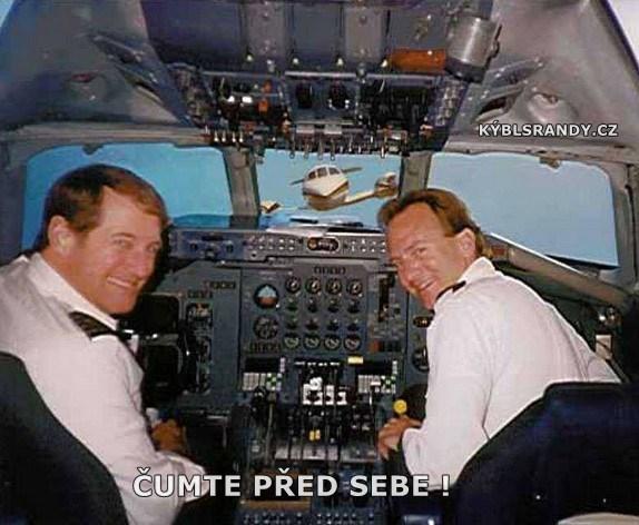 Když piloti letadla nekoukají před sebe