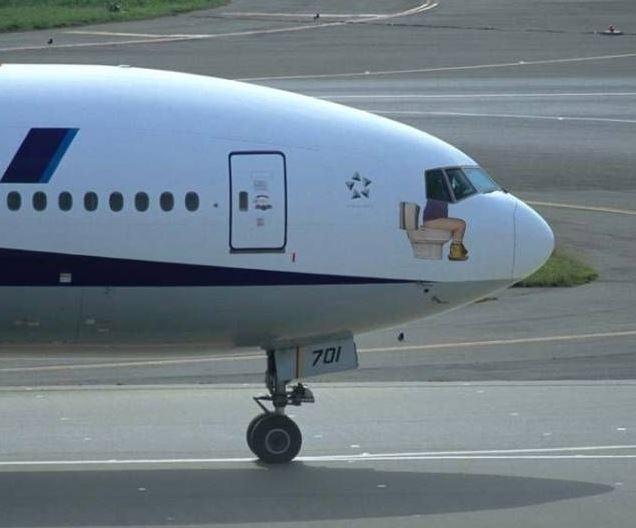 Pilot letadla sedí na WC a řídí letadlo