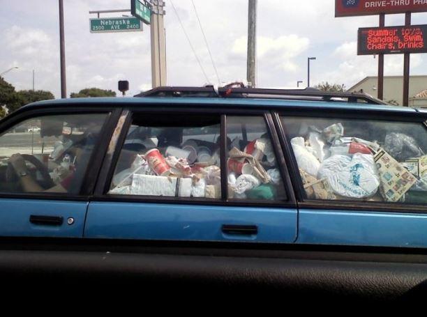 Auto plné odpadků