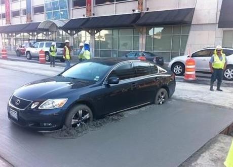 Auto v čerstvém betonu
