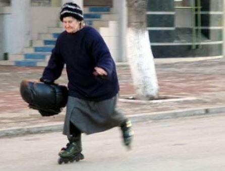 Babčka na kolečkových bruslích