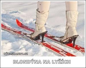 Blondýna na lyžích