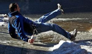 Držkopád na namrzlém chodníku