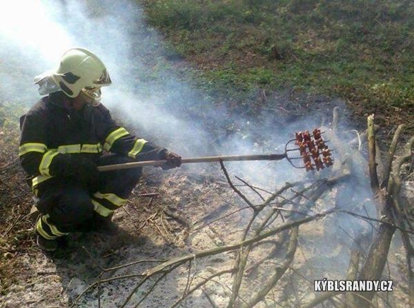 Když hasič opéká buřty vidlema