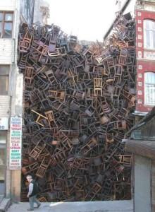 Neuvěřitelná hromada židlí