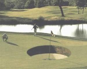Neobvykle velká jamka na golfu