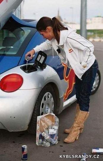 Ještě dolít palivo do auta a mohu vyrazit