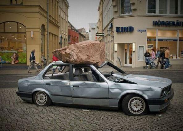 Když spadne velký kámen na auto
