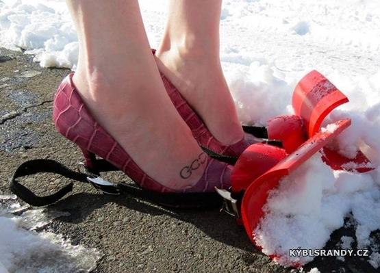 Když žena odhrabuje sníh