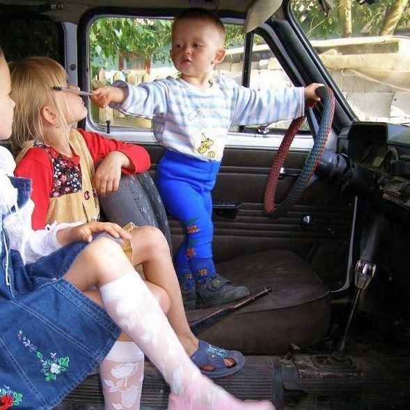 Malý řidič veze slečny