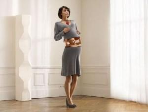 Mimčo vykukuje z matčina břicha