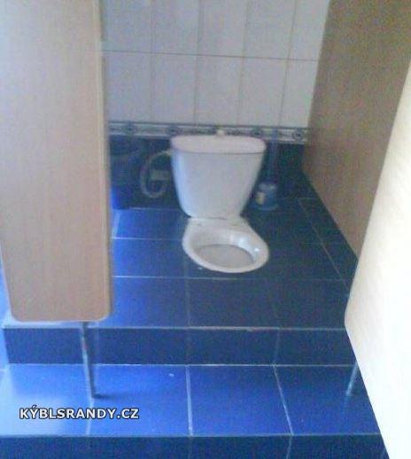 Záchodová mísa, na které se nedá sedět