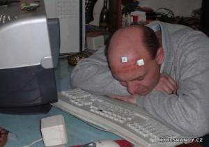 Neusněte u klávesnice