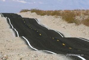 Neuvěřitelně hrbatá silnice