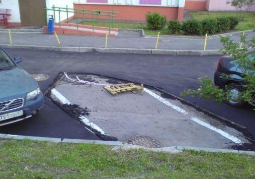 Parkovalo auto, tak neudělali nový povrch silnice