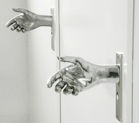 Podáte ruku a otevřete dveře