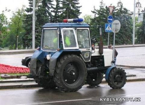 Policisté v traktoru