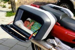 Převoz malého dítěte na motorce