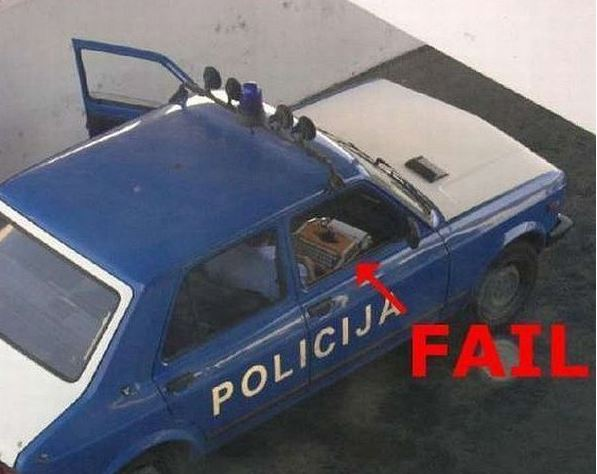 Policisté používají psací stroj