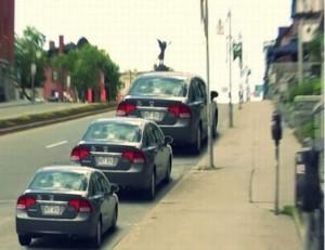 Jsou ta auta zaparkovaná podle velikosti?