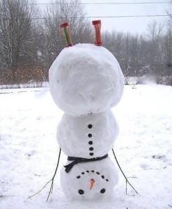 Sněhulák dělá stojku