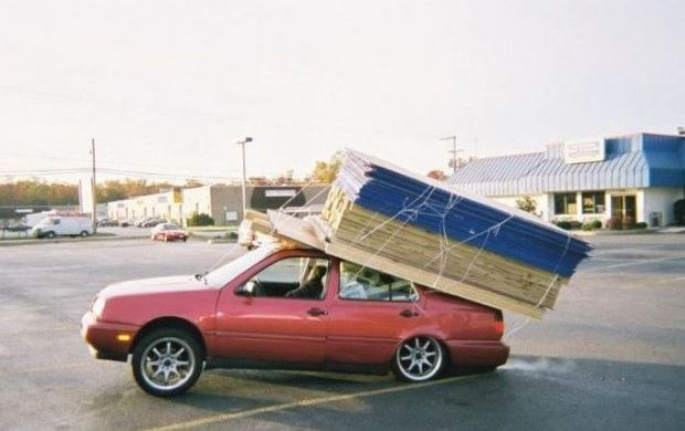 Těžký náklad na střeše auta