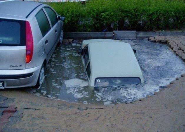 Utopené auto na parkovišti