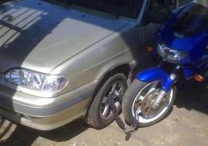 Uzamčené auto i motocykl