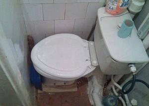 Velmi stísněný záchod