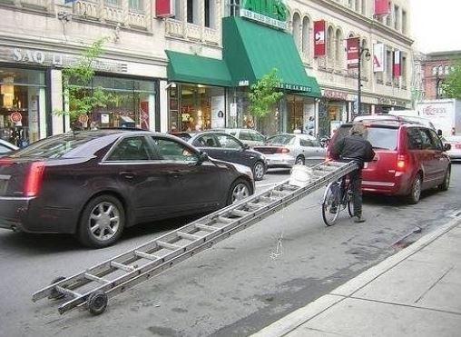 Vezeme dlouhý žebřík na kole