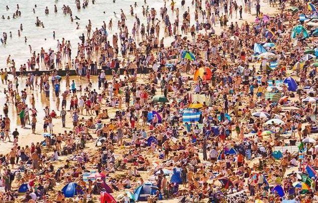 Trochu víc lidí na pláži
