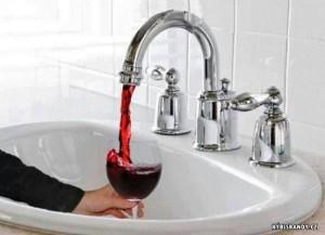 Z vodovodní baterie teče červené víno