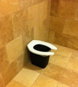 Z odpadkového koše je záchod