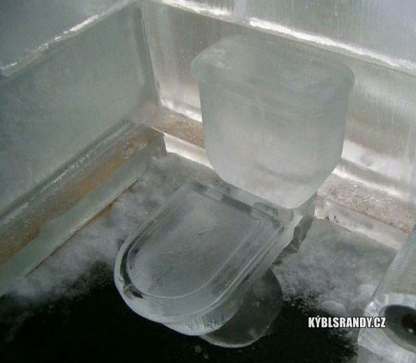 Záchod z ledu