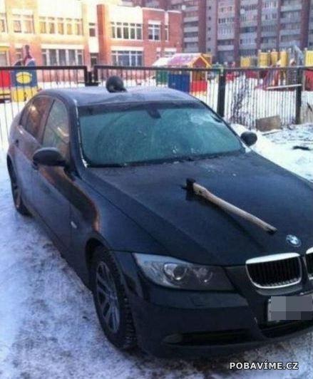 Zaseknutá sekera v BMW