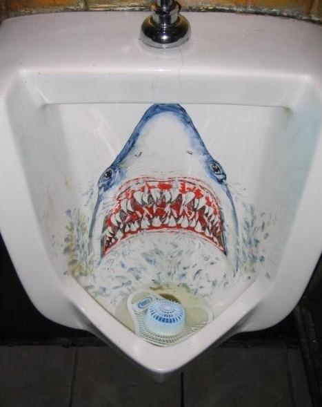 Žralok v pisoáru